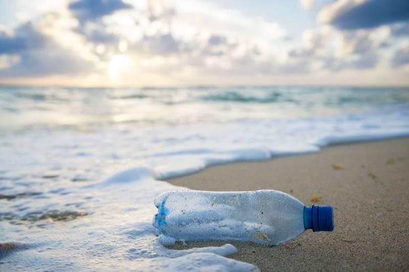 Vedi la plastica abbandonata, scatti la foto e la mandi a Greenpeace